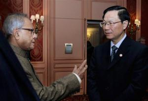 Condividendo Opinioni: il ministro delle Finanze Pranab Mukherjee e il suo omologo cinese Liao Xiaojun in una riunione a Parigi, Sabato.